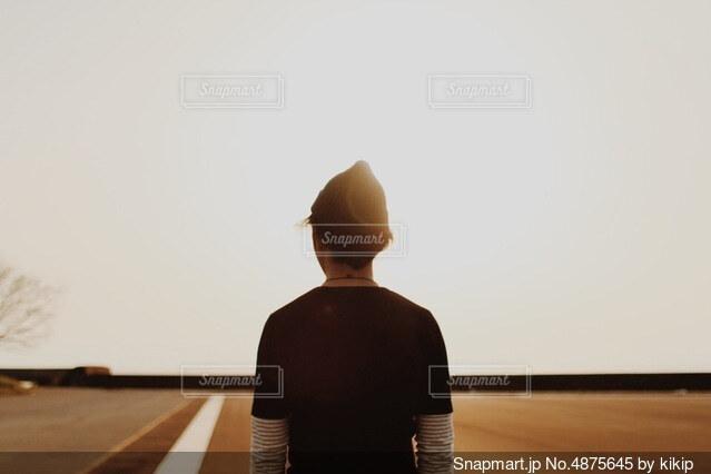 立っている男の写真・画像素材[4875645]