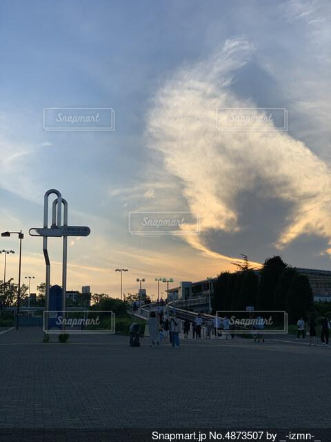 街の通りに沈む夕日の写真・画像素材[4873507]