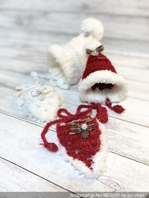 赤と白のクリスマス帽子とスタイの写真・画像素材[4874091]