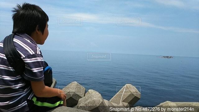 海の向こうに思いをはせての写真・画像素材[4872276]