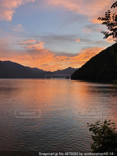 水の体に沈む夕日の写真・画像素材[4876093]