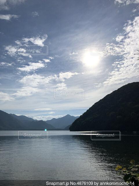 背景に山のある大きな水域の写真・画像素材[4876109]