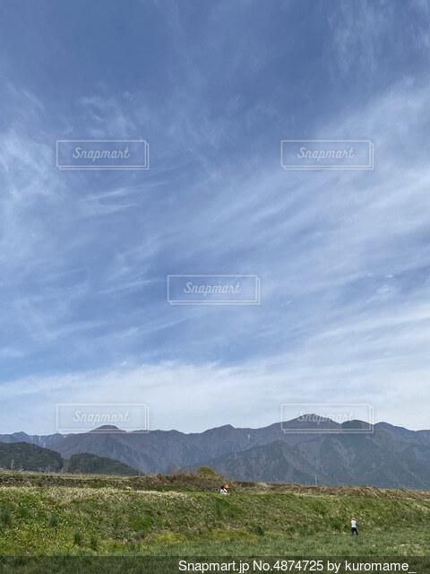 背景に山がある土手の写真・画像素材[4874725]