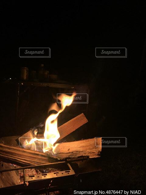 キャンプでの焚き火の写真・画像素材[4876447]