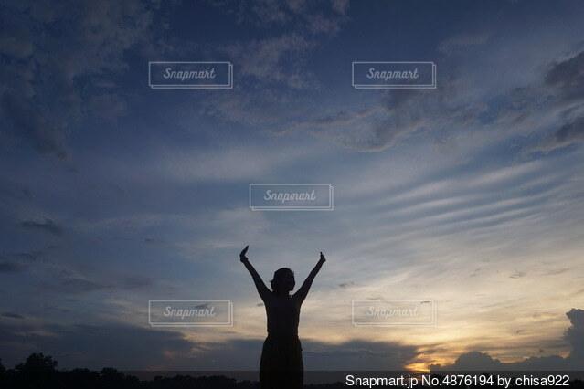 曇りの日に空を飛んでいる人の写真・画像素材[4876194]