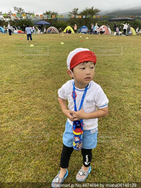 野球場に立っている少年の写真・画像素材[4874694]