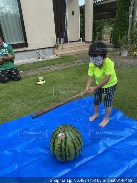 フットボールボールを持っている少年の写真・画像素材[4874752]
