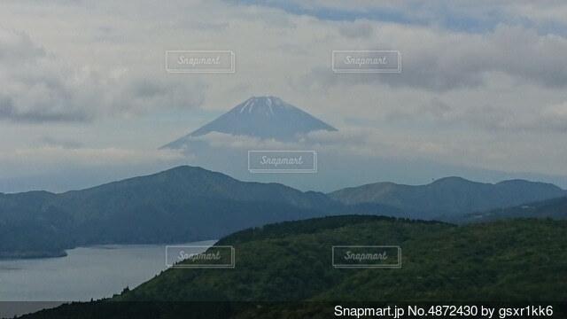 背景に山のある大きな水域の写真・画像素材[4872430]