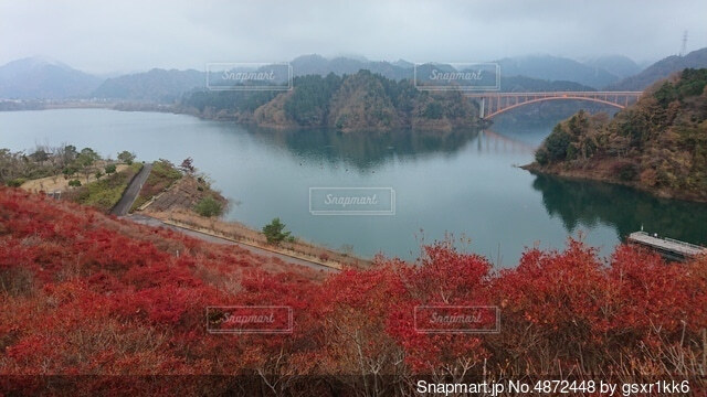 背景に山のある水の体の眺めの写真・画像素材[4872448]