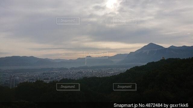 背景に山がある空の雲の群の写真・画像素材[4872484]
