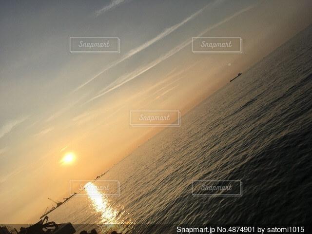 ビーチに沈む夕日の写真・画像素材[4874901]