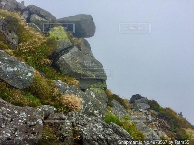 百名山を登る 岩の登山道の写真・画像素材[4873567]