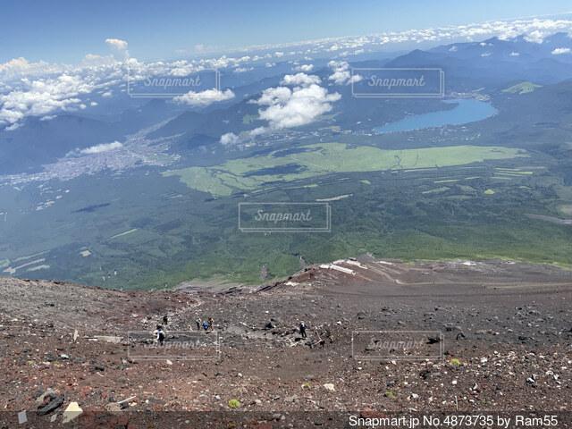 富士山 登山道を歩くの写真・画像素材[4873735]