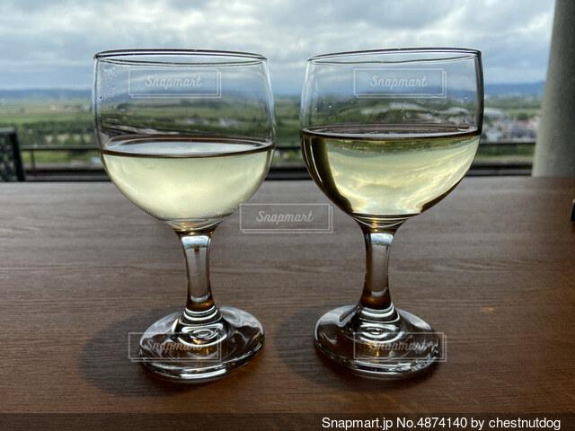 白ワイングラス2つの写真・画像素材[4874140]