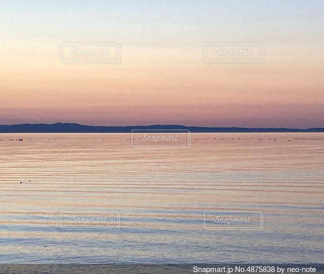 穏やかな夕暮れの海の写真・画像素材[4875838]