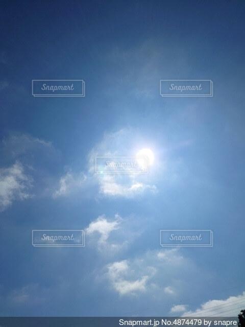 青空と大きな太陽の写真・画像素材[4874479]