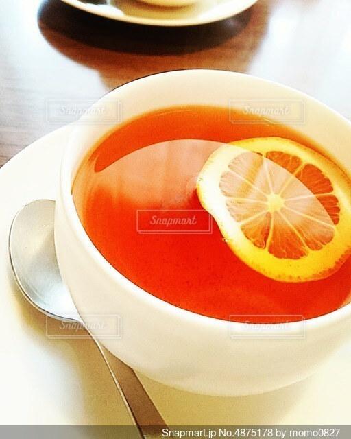 皿の上のコーヒーカップのクローズアップの写真・画像素材[4875178]
