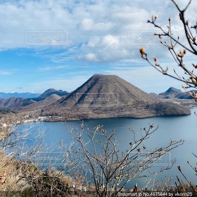 桜の咲き始めと榛名山の写真・画像素材[4875844]