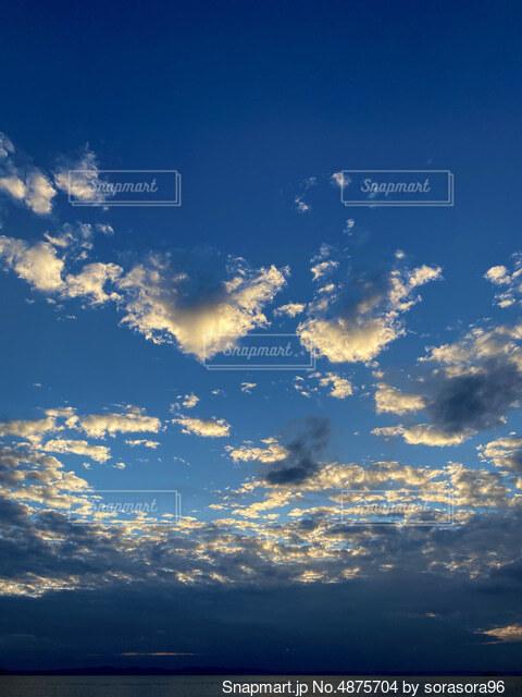 青空の雲の写真・画像素材[4875704]