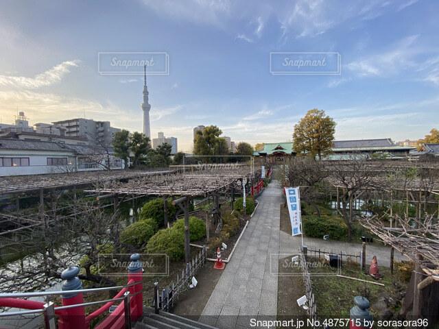 橋の近くの電車の線路に座っている人々のグループの写真・画像素材[4875715]