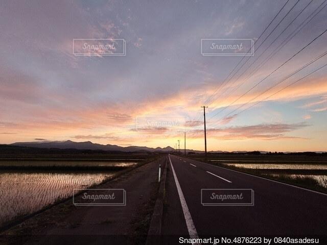 どこまでも続く田舎ロードの写真・画像素材[4876223]