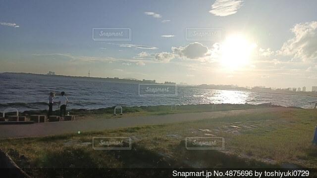 夕方の海辺の空の写真・画像素材[4875696]