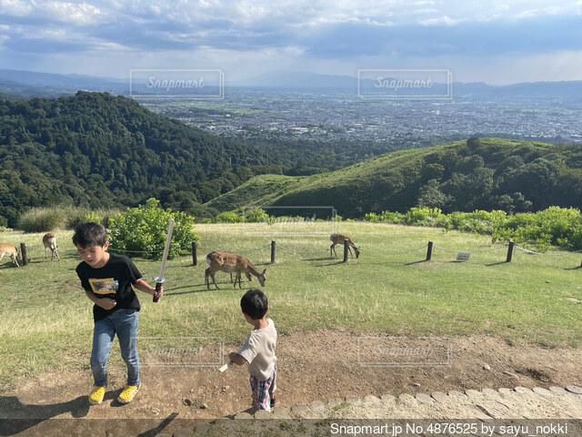 山の上に立つ子供たちの写真・画像素材[4876525]