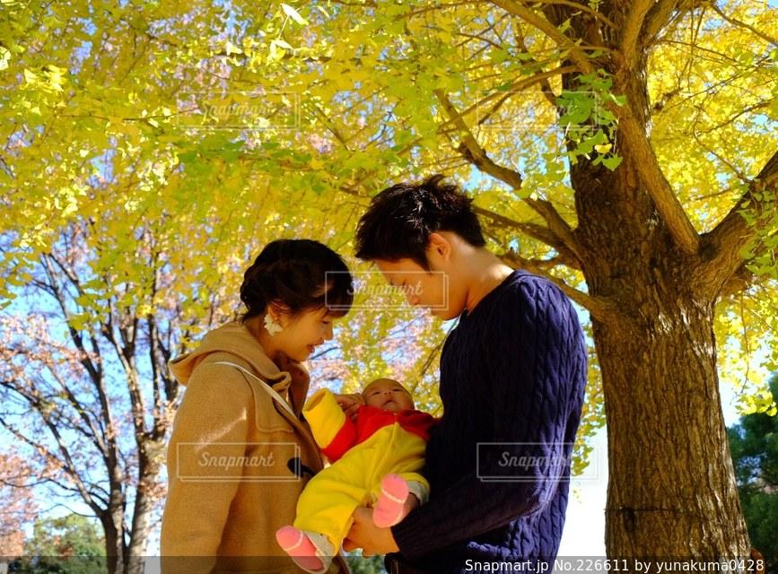 女性,男性,子ども,家族,3人,秋,ファミリー,赤ちゃん,baby,家族写真の写真素材