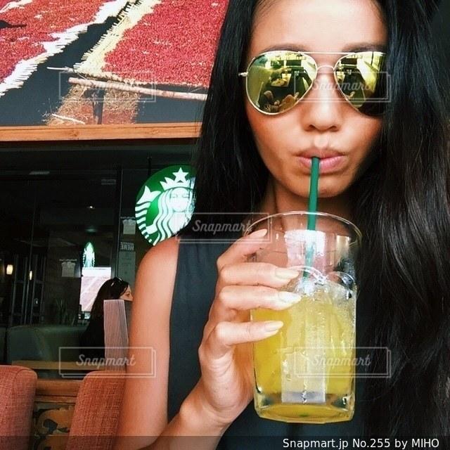 ガラスから飲む女性の写真・画像素材[255]