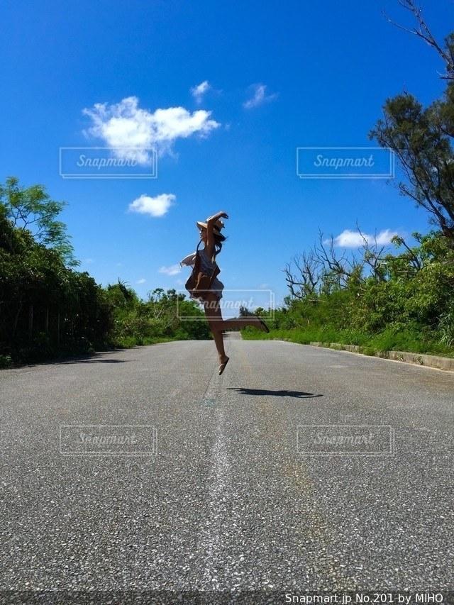 道路の側をスケート ボードに乗って男の写真・画像素材[201]