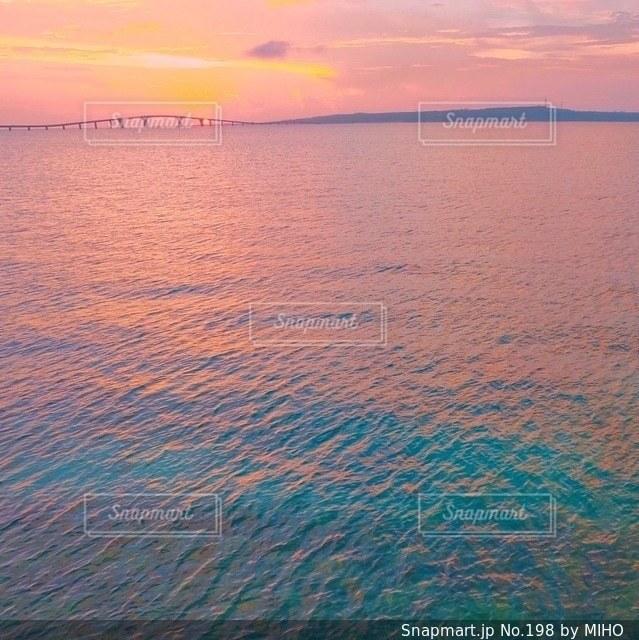 水の体に沈む夕日の写真・画像素材[198]