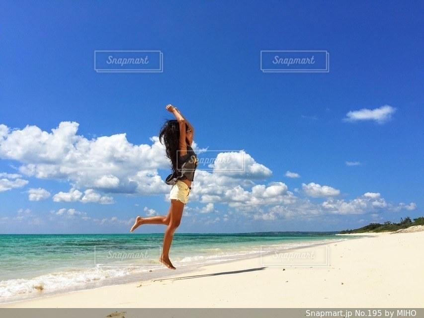 ビーチに立っている人の写真・画像素材[195]