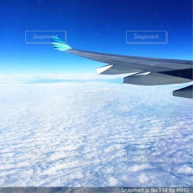 青と白の飛行機が空を飛んでいます。の写真・画像素材[148]
