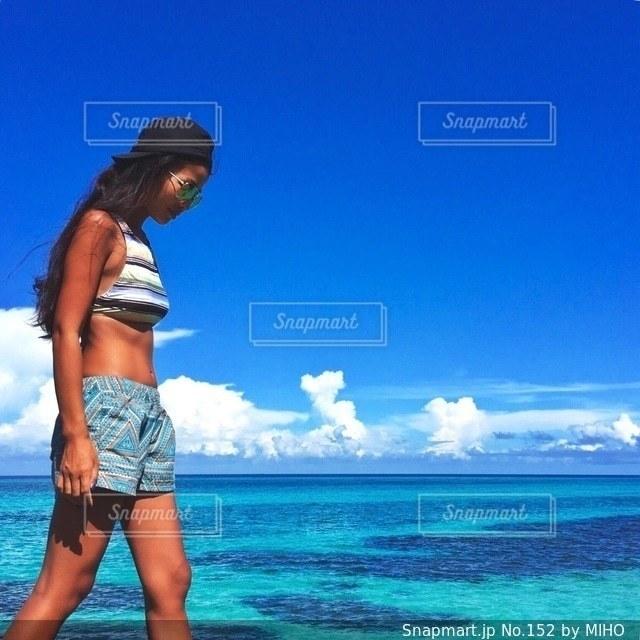 水の体の横に立っている女性の写真・画像素材[152]