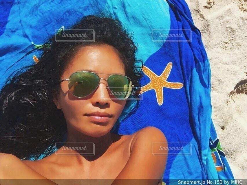 カメラにポーズのサングラスを身に着けている女性の写真・画像素材[153]