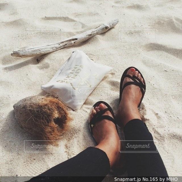 ビーチで横になっている男の写真・画像素材[165]