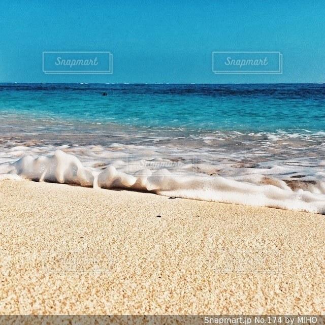 海の横にある砂浜のビーチ - No.174