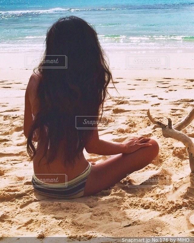 砂浜で座っている女性 - No.176