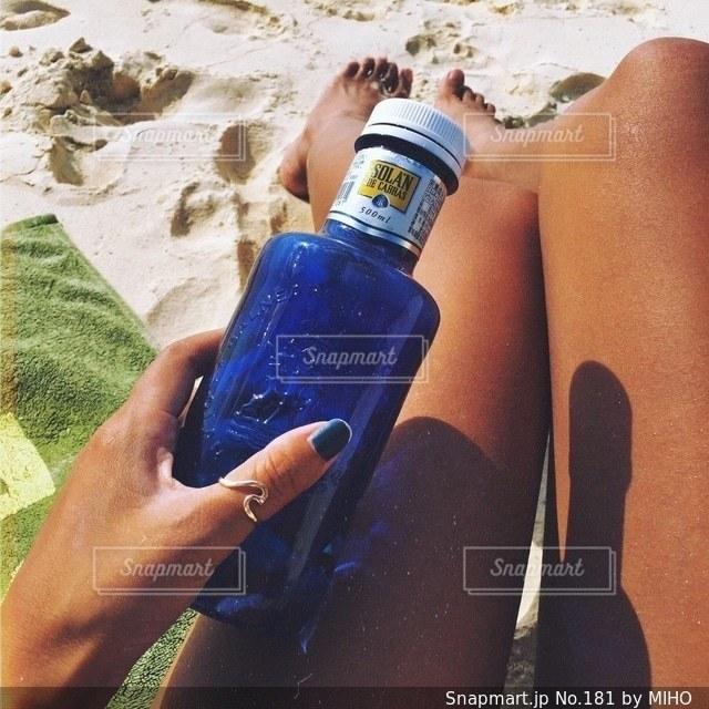 水のボトルを持っている手の写真・画像素材[181]