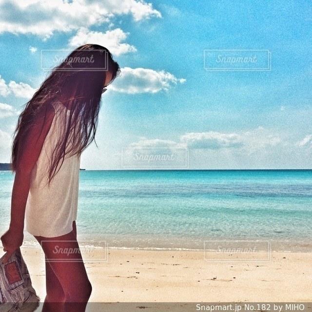 ビーチに立っている女性の写真・画像素材[182]