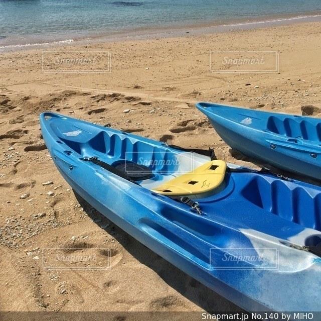 砂浜に座ってボートの写真・画像素材[140]