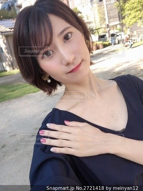 カメラに向かってポーズをとる女性の写真・画像素材[2721418]