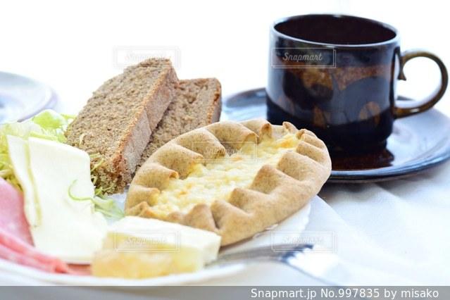 サンドイッチとコーヒーのカップとプレート - No.997835