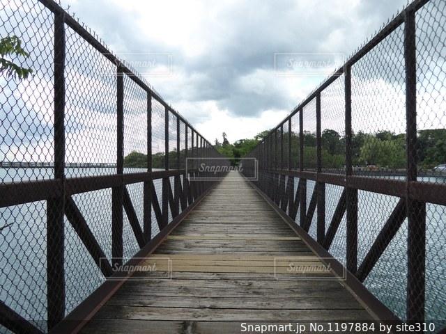 金属フェンスに架かる橋の写真・画像素材[1197884]
