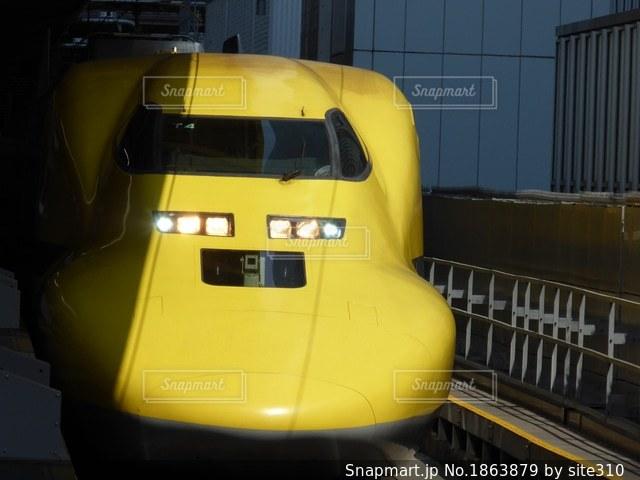 電車の駅で黒と黄色の電車の写真・画像素材[1863879]