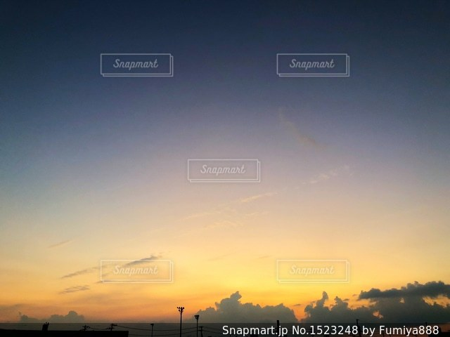 夕焼け空に浮かぶ雲のグループの写真・画像素材[1523248]