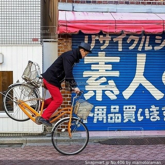 建物の前で自転車に乗る男の写真・画像素材[406]