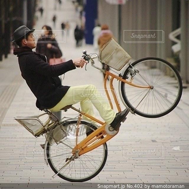 自転車の後ろに乗って男の写真・画像素材[402]