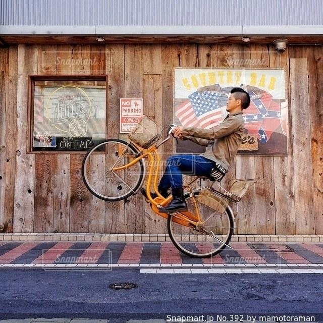 自転車の男は建物の脇に駐車 - No.392