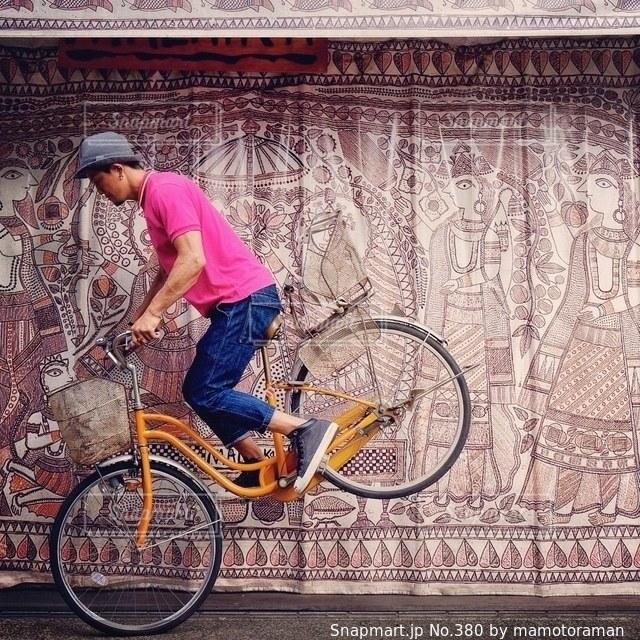 建物の前に自転車を持つ男の写真・画像素材[380]